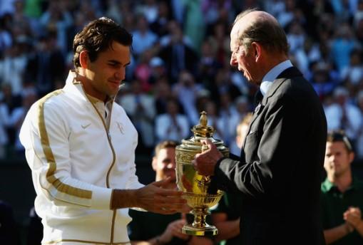 El Duque de Kent entregando el trofeo