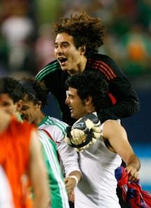 Ochoa, Dos Santos y Vela festejando
