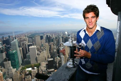 El campeón de US Open 2009, Juan Martín Del Potro posa con su trofeo en el Empire State